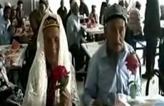 Chú rể 71 tuổi cầu hôn cô dâu 114 tuổi
