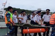 15 giờ vật lộn với tàu lật, cứu ngư dân trên biển