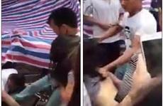 Bắt gặp vợ đi chơi với bồ, chồng đánh ghen điên cuồng giữa chợ