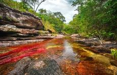 Con sông chuyển màu cầu vồng đẹp như cổ tích