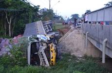 Xe tải tông sập lan can cầu, lao xuống suối