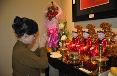 Nghệ sĩ Tuý Hồng xúc động trong đêm giã từ sân khấu