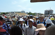 Quá tải hành khách chờ tàu rời đảo Lý Sơn