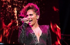 "Jennifer Lopez gặp sự cố ""đỏ mặt"" trên sân khấu"