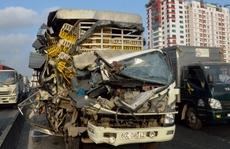 2 người kêu cứu trong cabin xe tải bị xé toạc