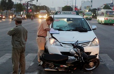 Chạy ngược chiều, bị xe taxi tông