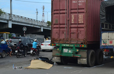 Xe container cán chết cô gái ở vòng xoay 'tử thần'