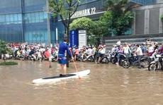 Ngộ nghĩnh cảnh người Hà Nội chèo thuyền, bắt cá trên phố