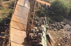 Xe quá tải gây sập cầu, 3 người rơi xuống suối