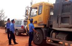 Tài xế xe tải vi phạm, cố thủ trong cabin rồi lái xe bỏ chạy