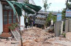 Xe tải đâm vào 4 nhà dân, 1 người chết