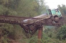 Xe tải 30 tấn làm sập cầu miền núi tải trọng 8 tấn
