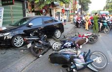 Ô tô 'điên' tông liên hoàn 6 xe máy