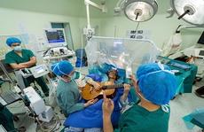 Trung Quốc: Người đàn ông gảy đàn guitar trên bàn mổ