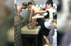 Khách Trung Quốc tắm trên bồn rửa mặt công cộng