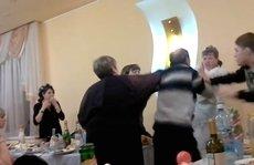 Cô dâu giơ 'ngón tay thối', bị bố chồng đánh giữa đám cưới