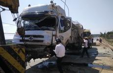 Xe tải lao xuống ruộng, 2 người bị thương nặng