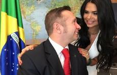 """Nóng bỏng ảnh """"mát mẻ"""" của vợ tân bộ trưởng Brazil"""