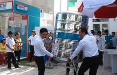 Kienlongbank tặng bồn nước cho khách hàng ĐBSCL