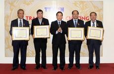 Trao kỷ niệm chương cho các lãnh đạo Tổng LĐLĐ Việt Nam