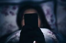 Vì sao không nên để điện thoại gần giường ngủ?