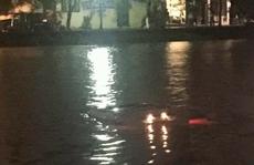 Mercedes ML350 lao xuống hồ Trúc Bạch trong mưa bão