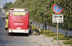 Bất chấp lệnh cấm, nhiều xe khách vẫn đậu trên đường Mai Chí Thọ