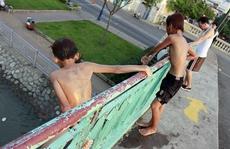 Ớn cảnh trẻ em giỡn mặt hà bá ở TP HCM