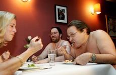 Hơn 32.000 người chờ dùng bữa tại nhà hàng khỏa thân