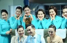 Tiếp viên hàng không đâu chỉ cầm khay phục vụ