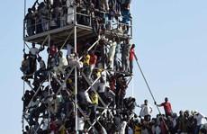 Hãi hùng cảnh tượng CĐV Nigeria chen lấn xem đá bóng