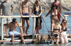Sao trẻ Anh giải sầu bên dàn bikini nóng bỏng