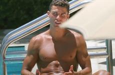 Ronaldo điệu đà sơn móng chân đi nghỉ mát