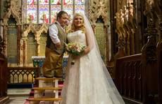 Thú vị nụ hôn ngày cưới của chú rể thấp hơn cô dâu gần 1m