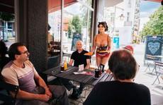 Đức: Muốn ăn miễn phí, hãy khỏa thân!