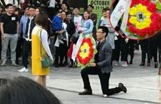 Chàng trai mang 'vòng hoa tang' đi tỏ tình bạn gái