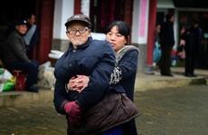 Con gái nghỉ việc để dìu cha bị liệt đi dạo 3 lần mỗi ngày