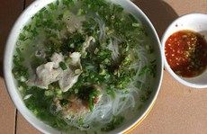 'Chen chân' ăn món bún quậy độc đáo ở Phú Quốc