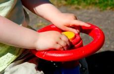 Tá hỏa vì bé trai 2 tuổi 'lái ô tô' xuống đường lúc 2 giờ sáng