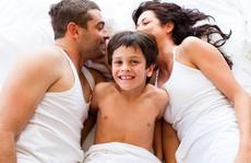 Nỗi khổ 'yêu du kích' của bố mẹ khi nhà có con nhỏ