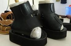 Rơi nước mắt với những chiếc giày 'kỳ dị'