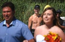 Thủ tướng Canada lại gây sốt với ảnh ngực trần