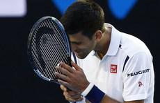 Djokovic thắng khó Gilles Simon, nhọc nhằn vào tứ kết