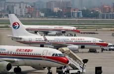 Máy bay Trung Quốc cất cánh sượt đầu máy bay khác