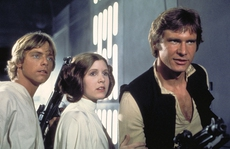Sao phim 'Star Wars' đau tim khi trên máy bay