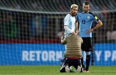 Messi lại bị fan 'cuồng' vái lạy giữa sân