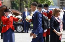 Trống kèn rền vang chào đón tuyển Anh đến Pháp