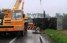 Xe khách đấu đầu xe tải, tài xế và khách thoát chết trong gang tấc