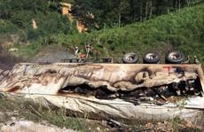 Xe đầu kéo rơi xuống hố bốc cháy, tài xế chết cháy trong cabin