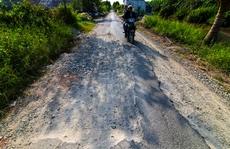 Xe tải tạo 'ổ voi', phá nát đường xuyên vùng U Minh Thượng